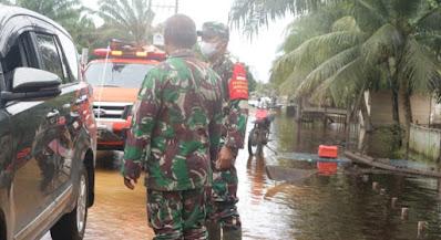 Tinjau Lokasi Banjir, Dandim Aceh Barat Himbau Warga Untuk Selalu Waspada Dan Tetap Jaga Protokol Kesehatan