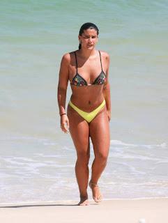 Giulia Costa esbanja saúde na praia