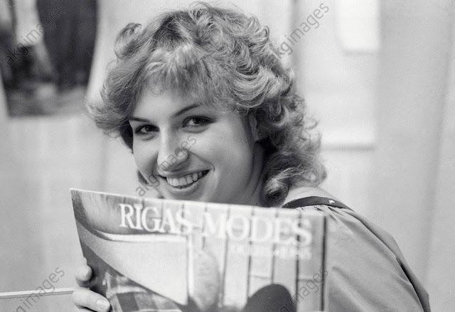 """1986 год. Рига. Дизайнер Janette Meldere с журналом """"Rīgas Modes"""""""
