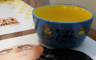 The backside of the blue overall bowl. It has the name of the pop-up cafe in japanese, as well as the front and back of a minion wearing overalls.