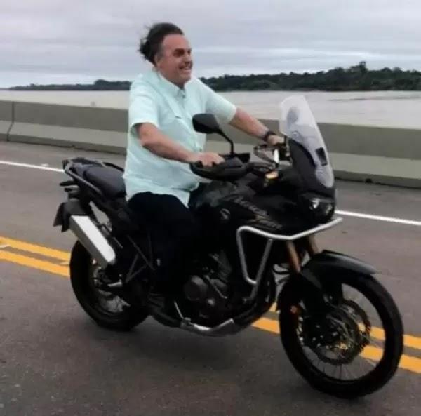 Sem capacete e com ministro na garupa, Bolsonaro atravessa ponte do Madeira de moto