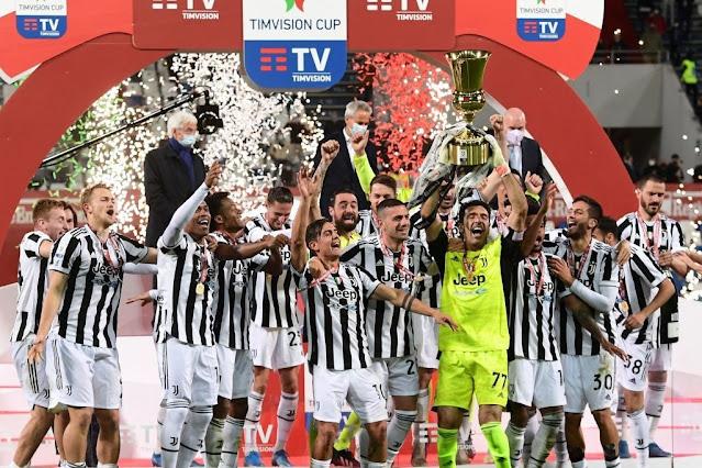 لاعبى يوفنتوس يرفعون كأس إيطاليا