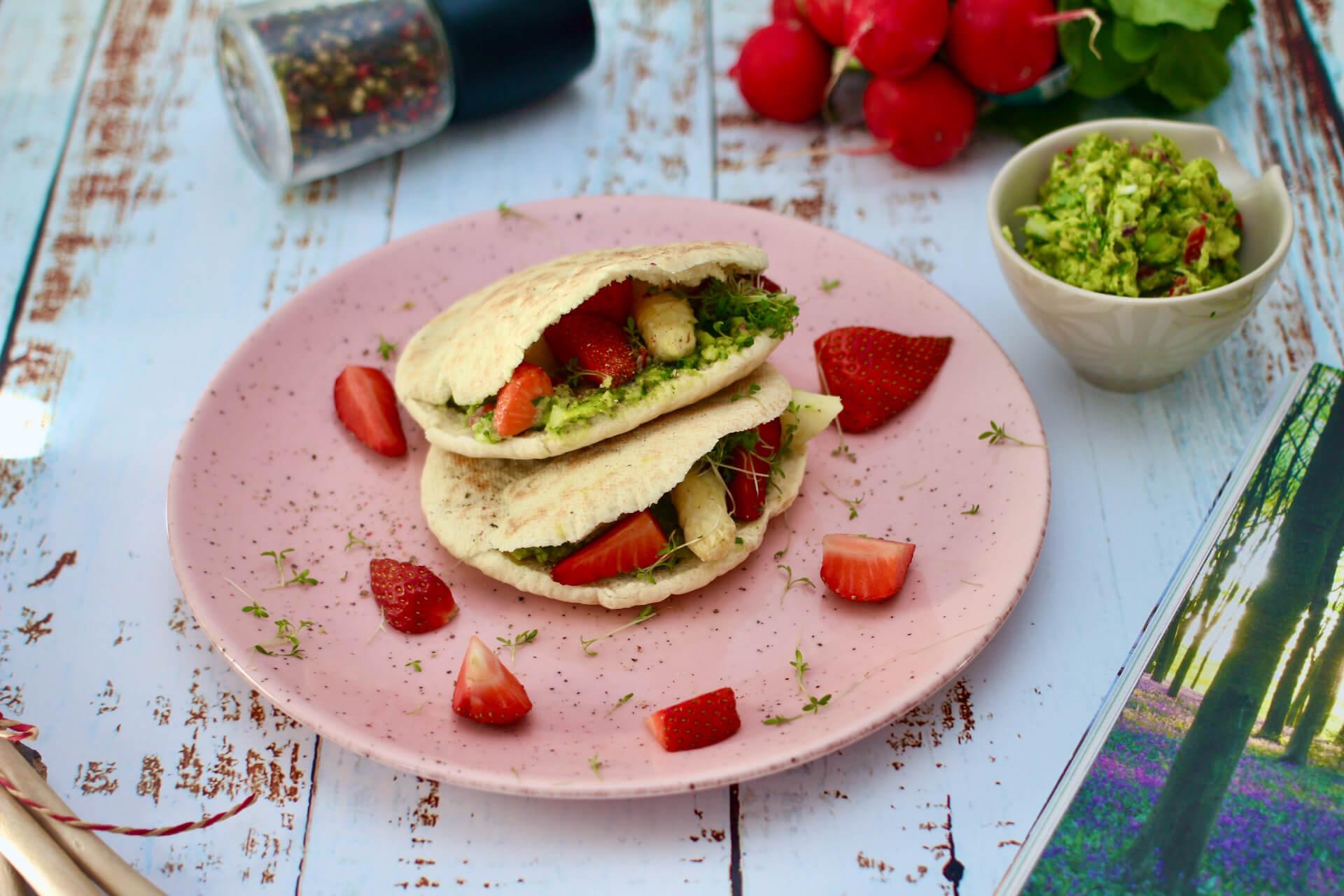 Pita mit Spargel und Erdbeeren