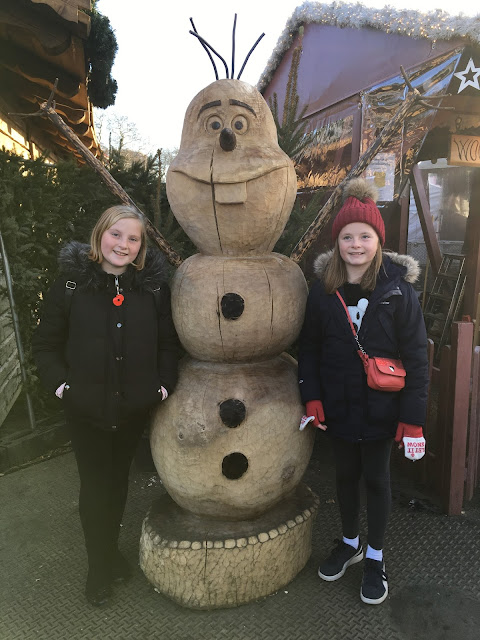 Girls with wooden carved Olaf at Winter Wonderland 2017