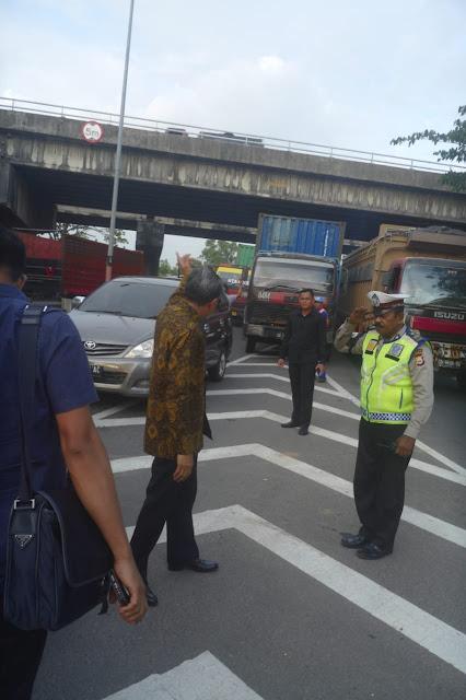"""Geram Kemacetan di Tol Sutami, Gubernur Nurdin Turun dari Mobil Dinas dan Jadi """"Polisi Lalulintas"""""""