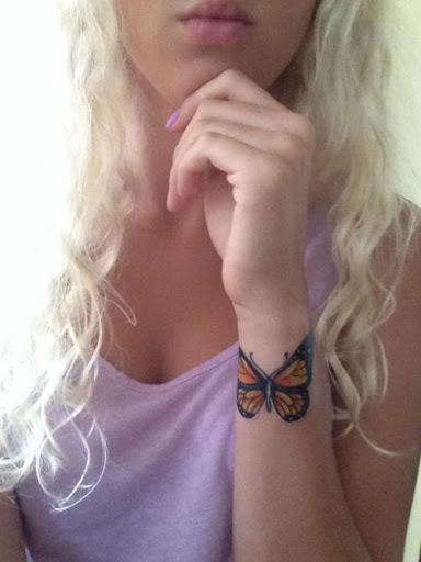 Pequena Borboleta no Braço de Tatuagem