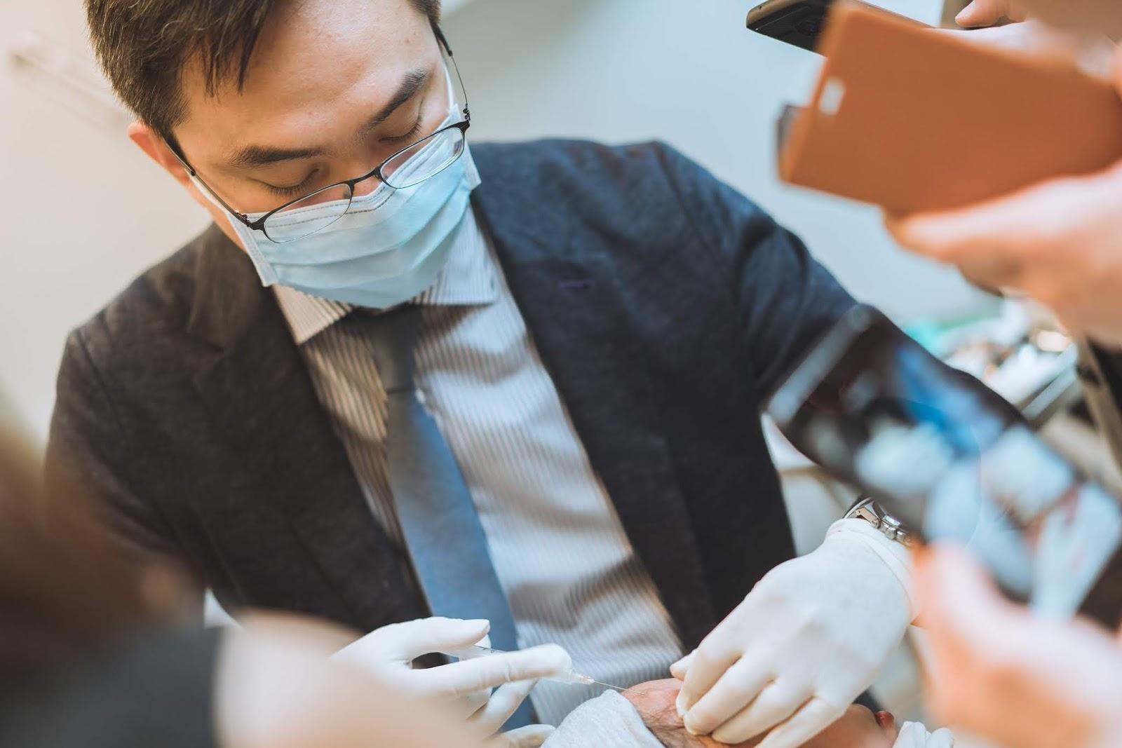 【舒顏萃】從評估到治療 每個環節都是藏著魔鬼 林亮辰醫師與新加坡醫師交流分享 - 林亮辰皮膚專科診所