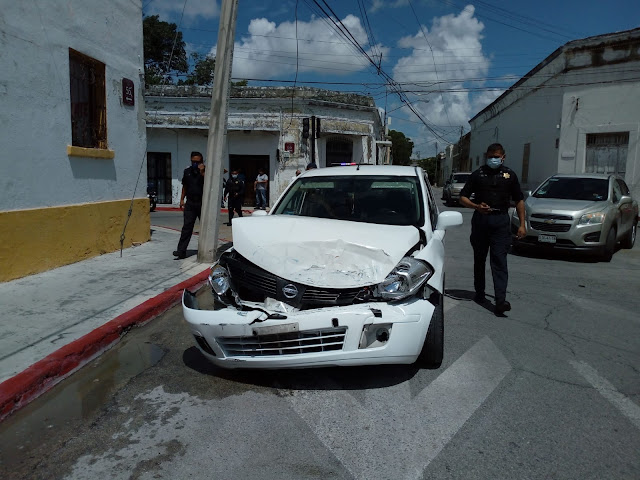 Fuerte encontronazo en el Centro: volcó vehículo repartidor de agua