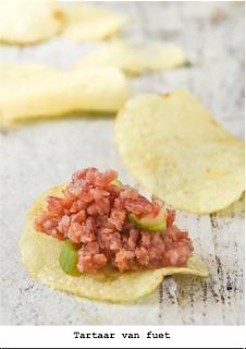 Heerlijk om op toastjes te eten...of op chips! Spaanse fuet met bosui, tomaten en specerijen.