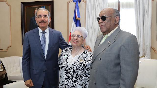 Danilo Medina recibe a miembros del Círculo de Locutores Dominicano