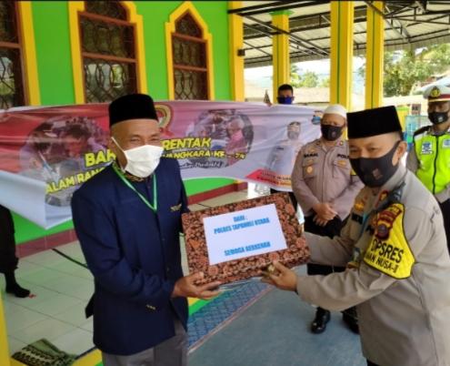 Sambut HUT Bhayangkara Ke-74, Kapolres Tapu Bagikan Sembako dan Laptop ke Pengurus Mesjid Syuhada