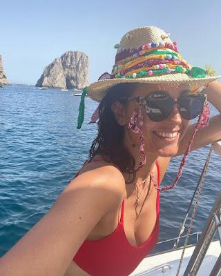 Caterina Balivo conduttrice con occhiali e cappello a Capri