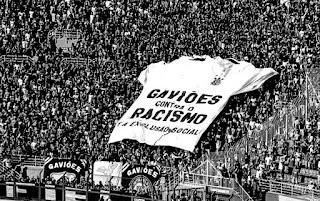 Corinthians demite zagueiro Danilo Avelar por comentário racista em jogo on-line