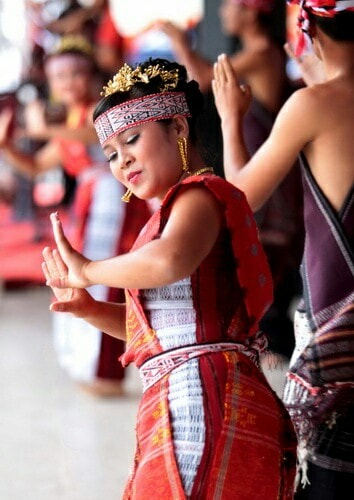 gadis suku bangsa batak yang sedang menari tortor