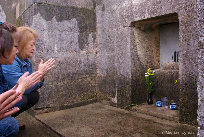 women praying at family tomb,Ohaka,Shimi