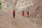 Semangat Gotong Royong Warga Tola, Ramai-Ramai Pikul Logistik TMMD Sejauh 3 KM