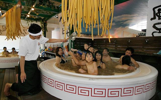 Spa dùng nước tắm làm từ lẩu và mì ramen