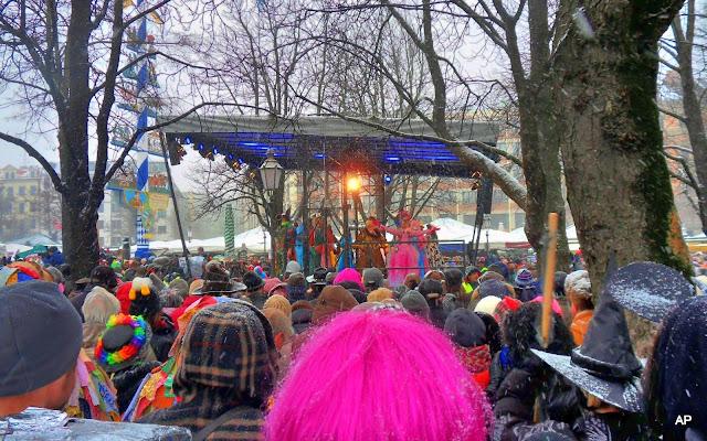 Viktualienmarkt-słynny taniec poprzebieranych przekupek