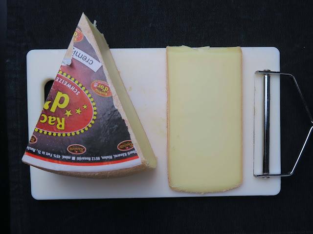Der Racletteschneider zieht mühelos perfekt gleichmäßige Scheiben vom Käselaib | pastasciutta.de