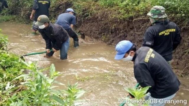 Satgas Sektor 21-8 Bersama Warga Bersihkan Aliran Sungai Cilisung
