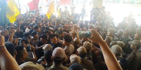 Demo Mahasiswa di Kantor Gubernur Lampung Ricuh
