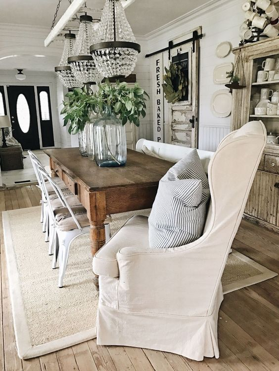 Beautiful, romantic #farmhousedecor and country style in a dining room on Hello Lovely Studio
