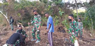 Satgas Pamrahwan Yonif RK 751/VJS Menanam 70 Pohon Untuk Mencegah Terjadinya Longsor