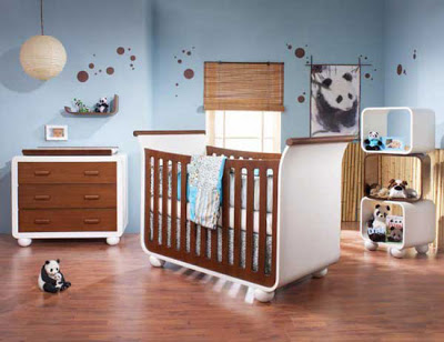 Membersihkan tempat tidur bayi