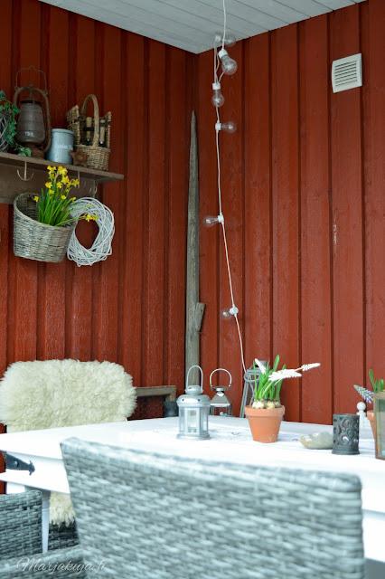 terassi sisustus piha kalusteet polyrottinki rustiikki kevät kukka kevätkukat  terassi