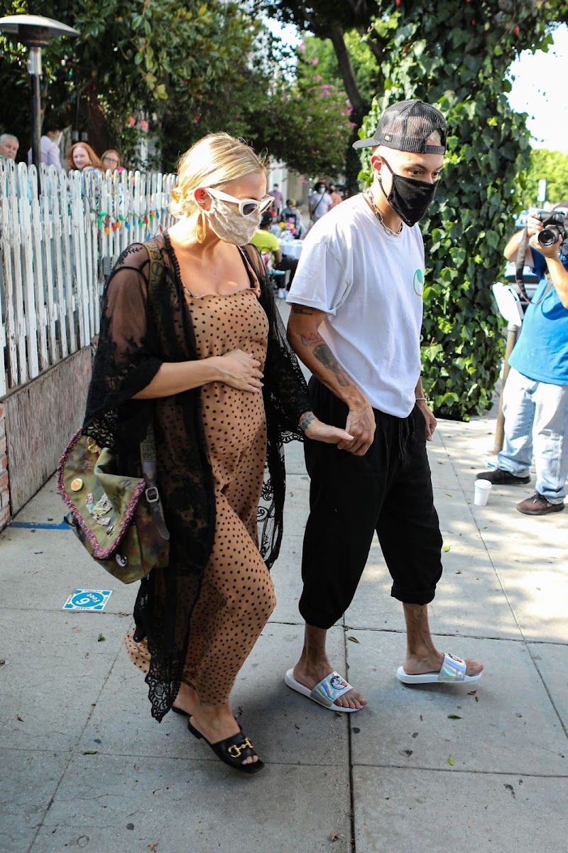 Pregnant Ashlee Simpson and Evan Ross Clicked at The Ivy in Los Angeles 22 Aug -2020