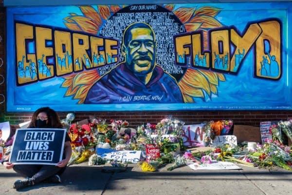 """عاجل...تقرير مكون من 20 صفحة يكشف أن جورج فلويد توفي بنوبة قلبية بعد تقييده من طرف الشرطة الأمريكية وصنف وفاته بـ""""جريمة قتل""""✍️👇👇👇"""
