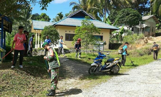 Babinsa Desa Selemam Melaksanakan Gotong Royong Bersama Masyarakat Desa