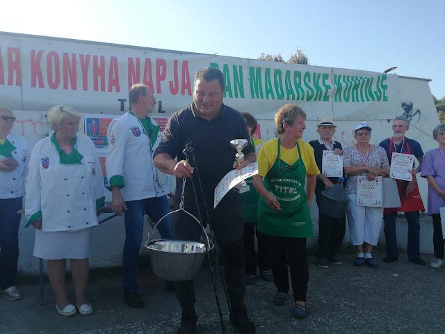 Мака Јожеф, победник у кувању гулаша са наградама : Диплома, пехари котлић за кување