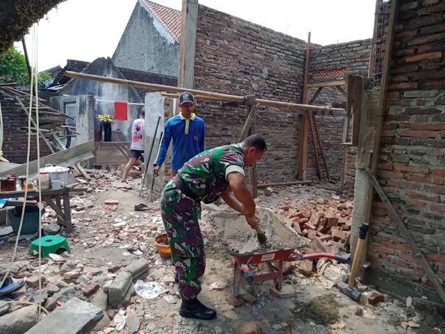 Bantu Pembuatan RTLH Wujud Kepedulian Babinsa Mojorejo