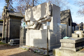 Paris : Tombe d'Oscar Wilde au Père Lachaise, disparition mystérieuse de membre viril et embrassades délétères au cimetière - XXème