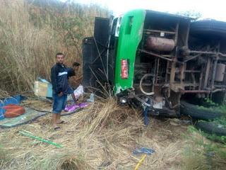 Ônibus de romeiros capota e deixa pelo menos dois mortos em Caririaçu, no Ceará