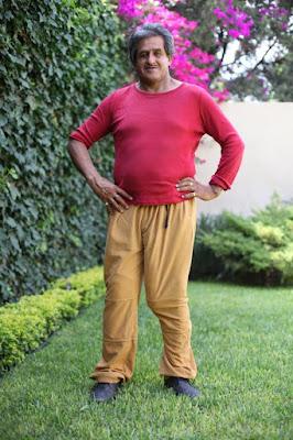 Roberto menggunakan celana