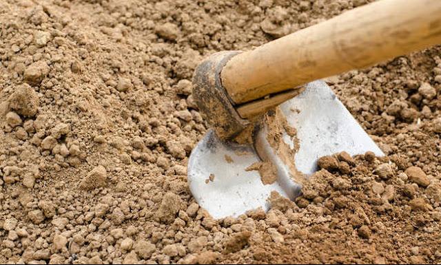 Τραγωδία: Αγρότης έσκαβε σε χωράφι όταν η τσάπα του χτύπησε ρουκέτα θαμμένη στο χώμα (video)