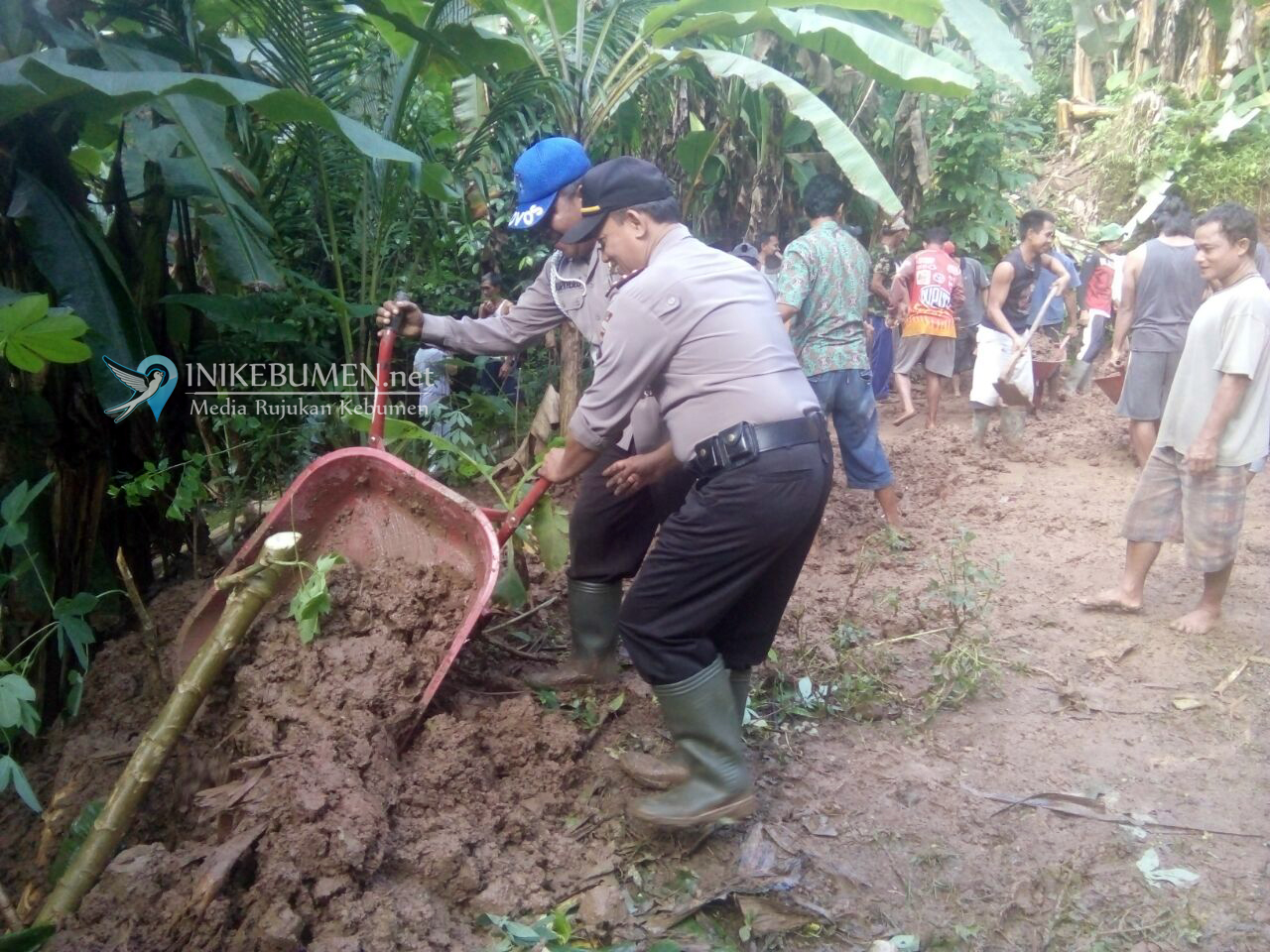 Kapolsek Padureso Gotong-royong Bersama Muspika Padureso Bantu Korban Tanah Longsor