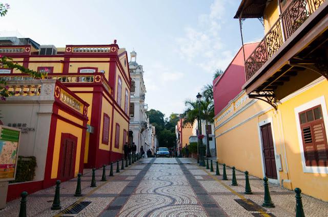 Quận St Lazarus được xem là nơi có kiến trúc tuyệt đẹp tại Macau. Viên ngọc bí ẩn này chỉ cách phía đông bắc của tàn tích St Paul và Quảng trường Senado 10 phút đi bộ. Bạn hãy ghé qua các con đường lát đá cuội kiểu Bồ Đào Nha, các tòa nhà theo phong cách thuộc địa đầy màu sắc, một số con phố đẹp nhất của Macau, Nhà thờ St Lazarus, Quảng trường Seac với phòng trưng bày nghệ thuật công cộng màu đỏ và vàng đặc biệt.