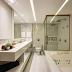 Banheiro com banheira revestido de porcelanato com metais dourados e jardim!