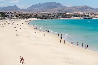 Strand mit Urlaubern auf Fuerteventura