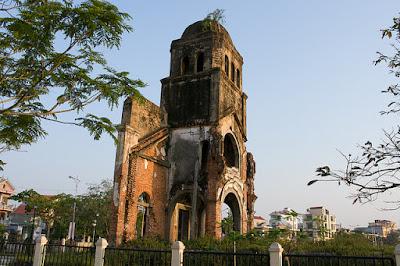 Vẻ bền vững cùng thời gian của tháp chuông nhà thờ thánh Tam Tòa