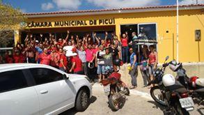 Populares lotam as dependências da Câmara Municipal de Picuí em ato de protesto