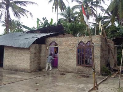 1 Unit Rumah Diterjang Angin Puting Beliung Di Medang Deras
