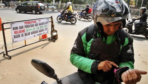 Tarif Diturunkan Sepihak, Ribuan Sopir Go-Jek Mogok Massal