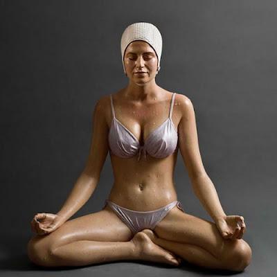 Escultura muy realista de mujer en bikini