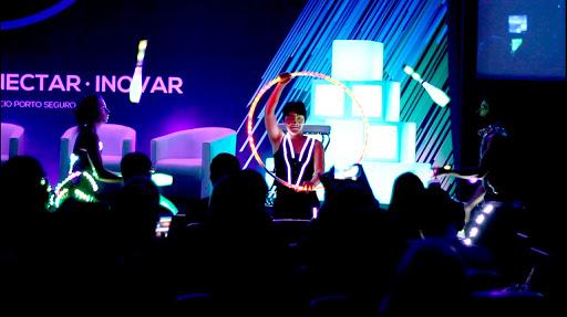 Malabaristas de luzes em abertura de evento convenção Porto Seguro Consorcio, Centro de Convenções Rebouças SP.