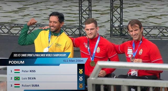 luis cardoso silva, de uniforme do brasil, no pódio com dois húngaros