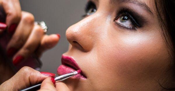 Warna Lipstik yang Cocok untuk Kulit yang Berwarna Coklat